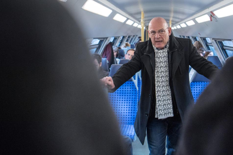 Verkehrsminister Winfried Hermann in einem Zug.