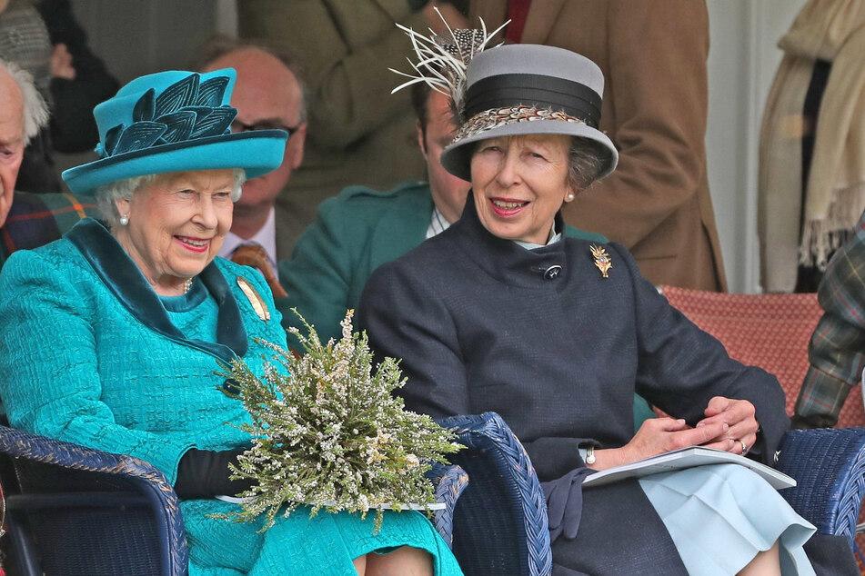 1. September 2018: Die britische Königin Elizabeth II. (94, li.) und ihre Tochter, Prinzessin Anne (70), nehmen am traditionellen Braemar Gathering im Rahmen der schottischen Highland Games teil.