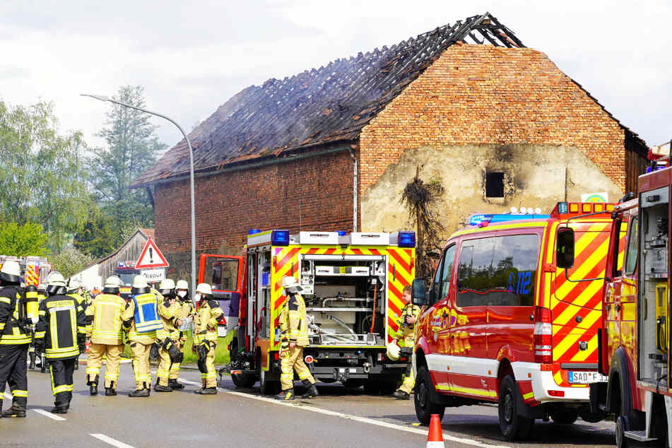 Blitzeinschlag mit Folgen! Halle steht in Flammen und brennt aus