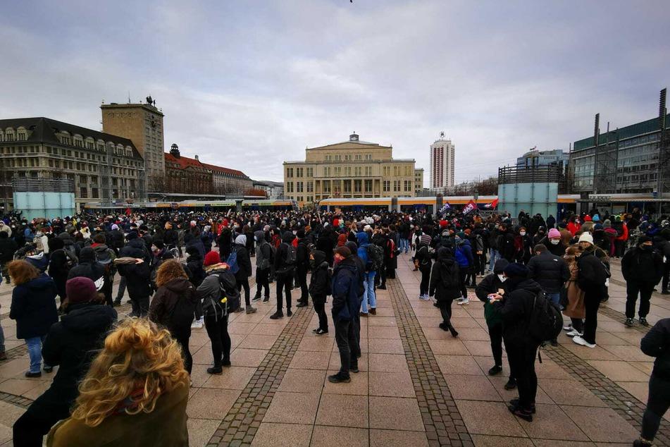 Auf dem Augustusplatz haben sich mehrere hundert Gegendemonstranten eingefunden.