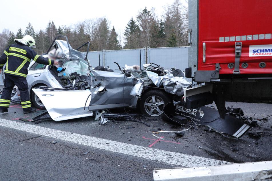 Unfall A4: Skoda kracht auf Lkw: Stau auf A4 nach tödlichem Unfall