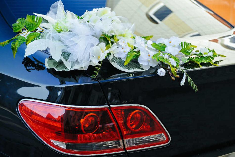 Hochzeit eskaliert: Bräutigam schießt aus fahrendem Auto