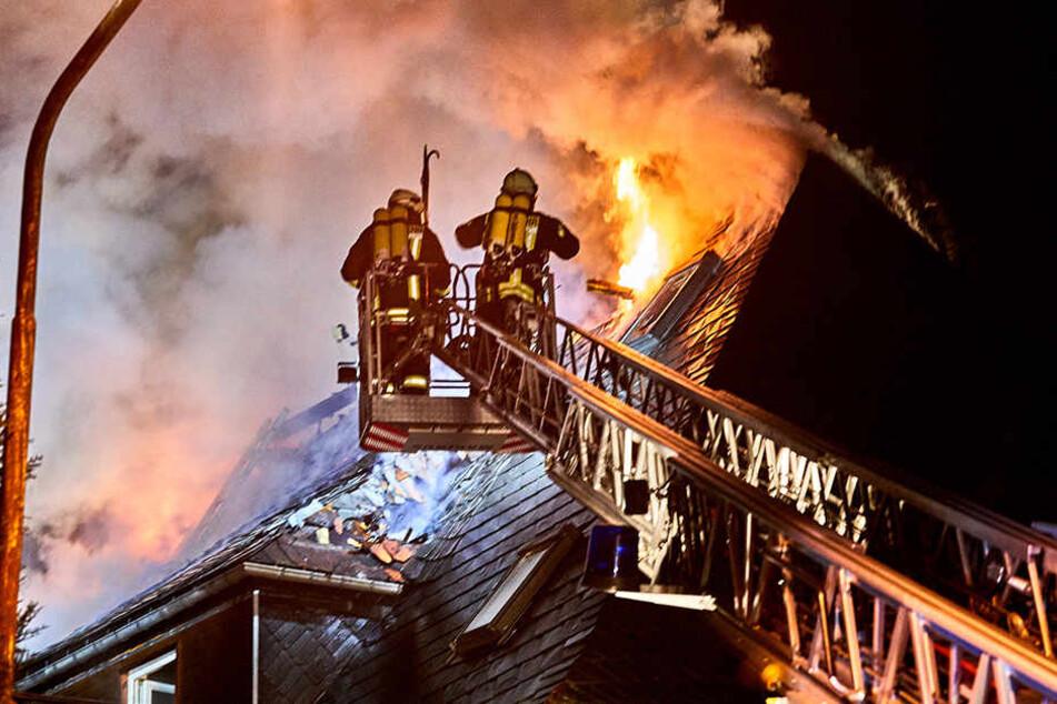 Mehrfamilienhaus brennt: Flammen fressen sich bis unters Dach