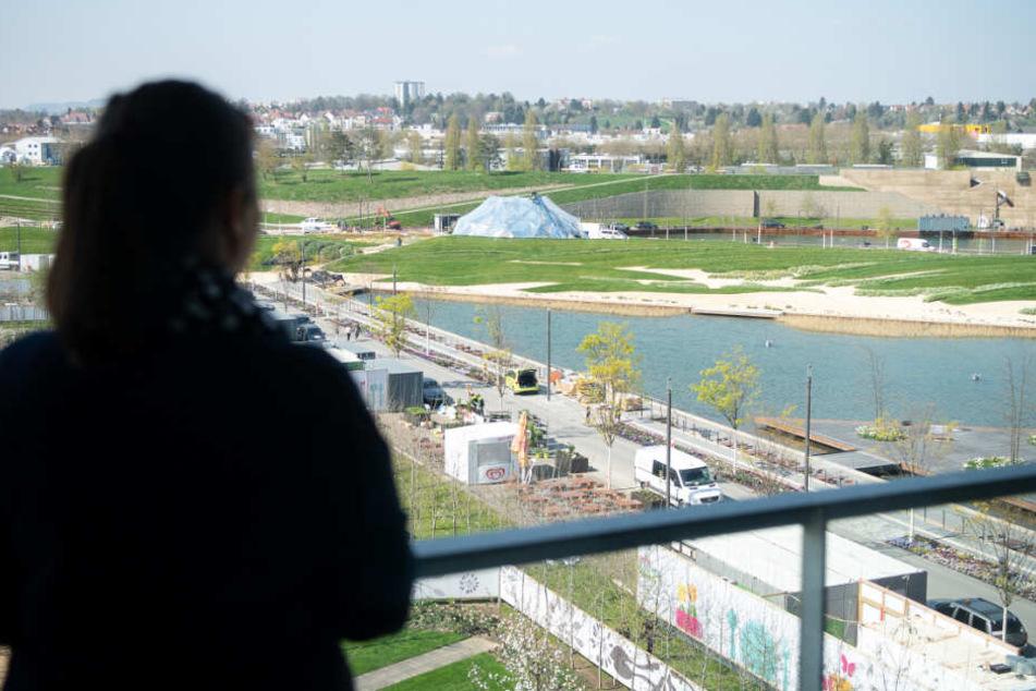 Eine Frau blickt auf das Gelände der Bundesgartenschau.
