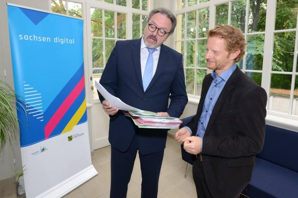 16,2 Millionen Euro für schnelles Internet überbrachte Staatssekretär Stefan  Brangs (52, SPD) Baubürgermeister Michael Stötzer (44, Grüne, r.)