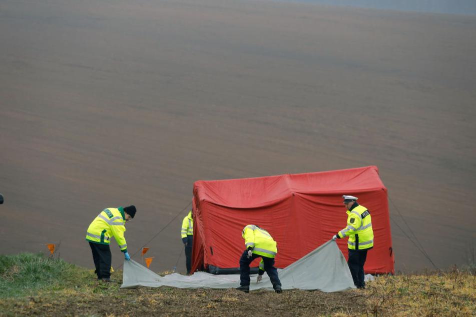 Polizisten auf einem Feld in Breitenau, hier wurde die Leiche von Rico S. entdeckt. (Archivbild)