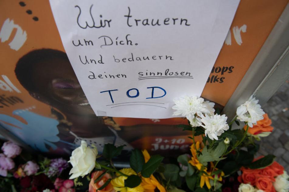 Blumen und Kerzen stehen an der Windscheidstraße, Ecke Kantstraße. Dort war bei einer Verfolgungsjagd nach einem Diebstahl eine 22 Jahre alte Frau getötet worden.