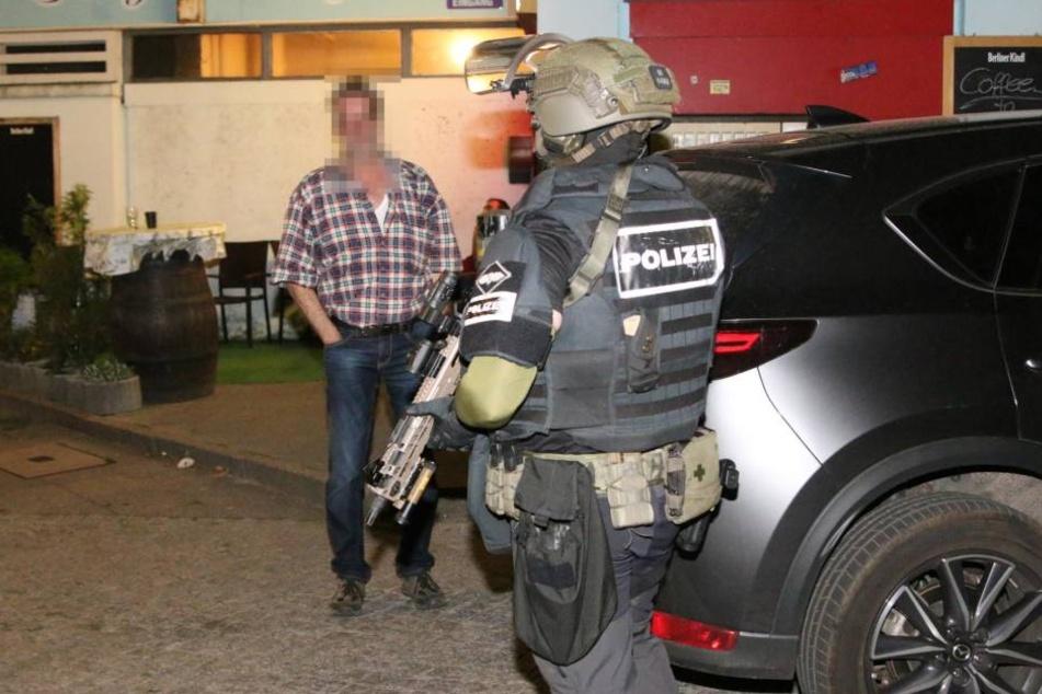 Ein schwerbewaffneter SEK-Beamter am Tatort im Märkischen Viertel.