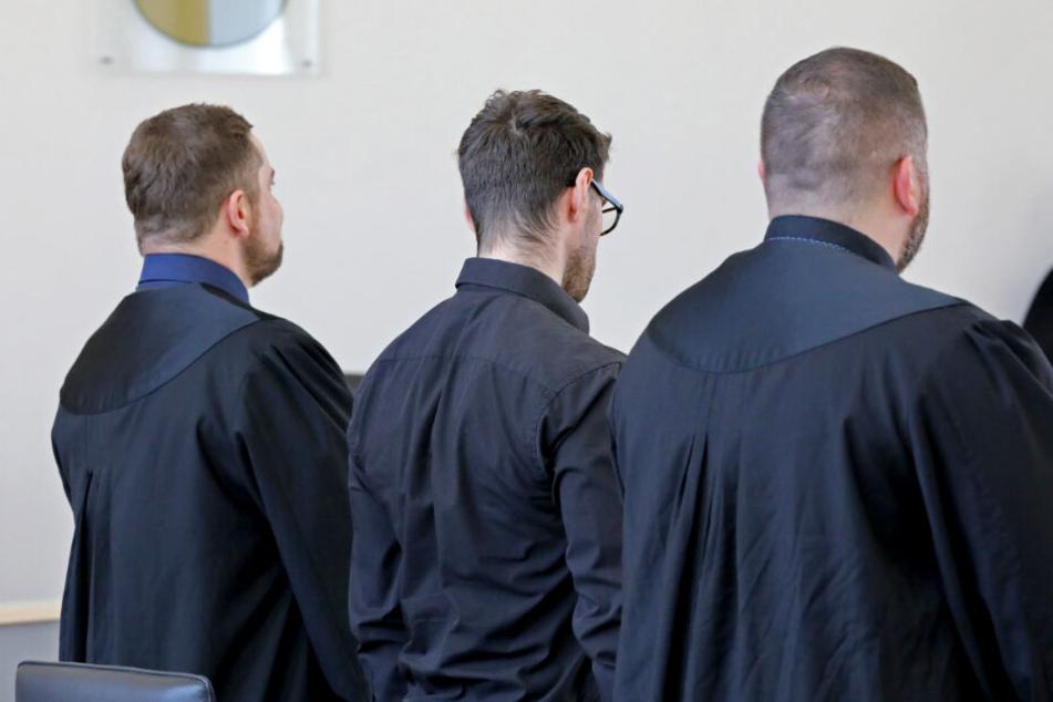 Der 28-jährige Angeklagte (Mitte) im Prozess wegen zweifacher versuchter Tötung wartet mit seinen Verteidigern auf den Prozessbeginn