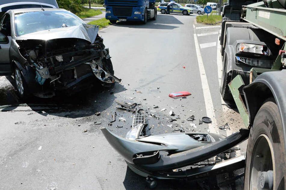 Das Cabrio musste abgeschleppt werden - es hatte nur noch Schrottwert.