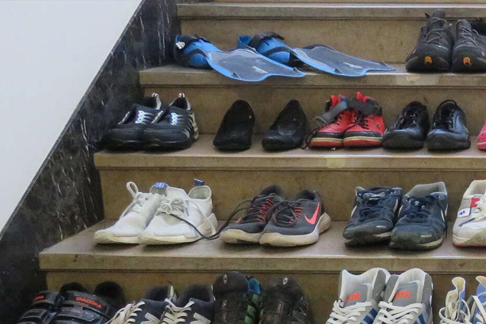 Wer vermisst seine Schuhe und Flossen? Polizei sucht Besitzer