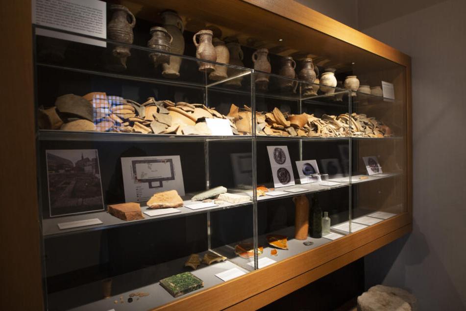 Töpferarbeiten aus den Überresten der ältesten nachweisbaren Bibliothek Deutschlands liegen in der Kölner Antoniterkirche.