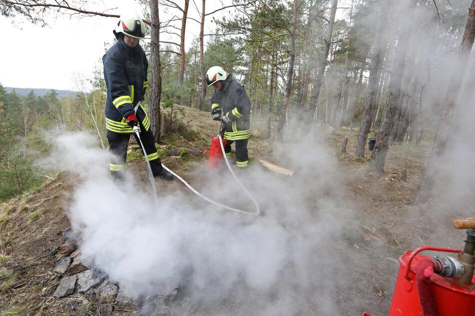 Die Feuerwehr löschte das Lagerfeuer.