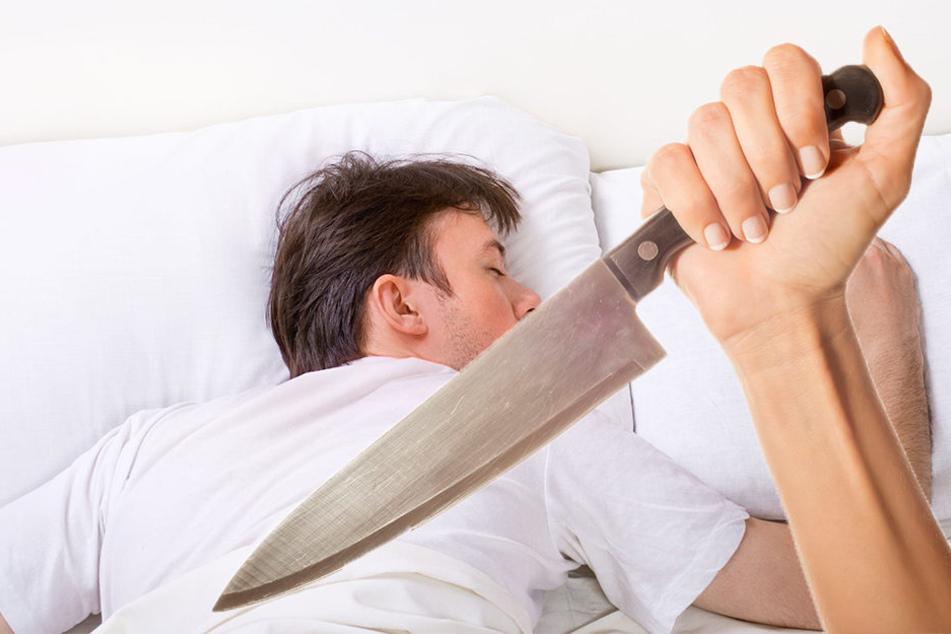 Eine Frau soll mit einem Messer auf ihren getrennt lebenden Ehemann eingestochen haben. (Symbolbild)