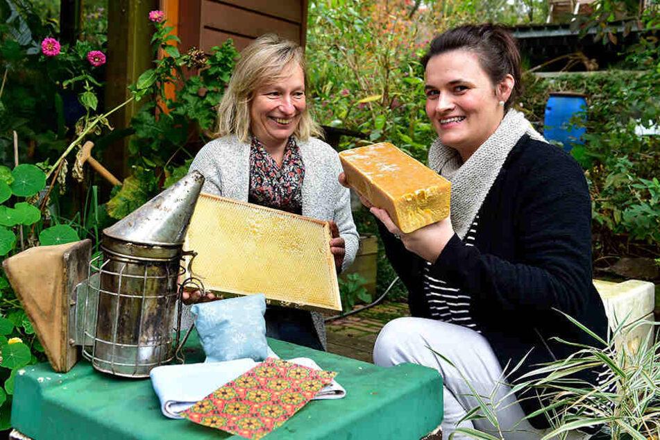 Andrea Gleisberg (34, re.) stellt Brustwickel für Babys und Kleinkinder aus Bienenwachs her. Den Wachs bezieht sie von Imkerin Heike Janthur (48).
