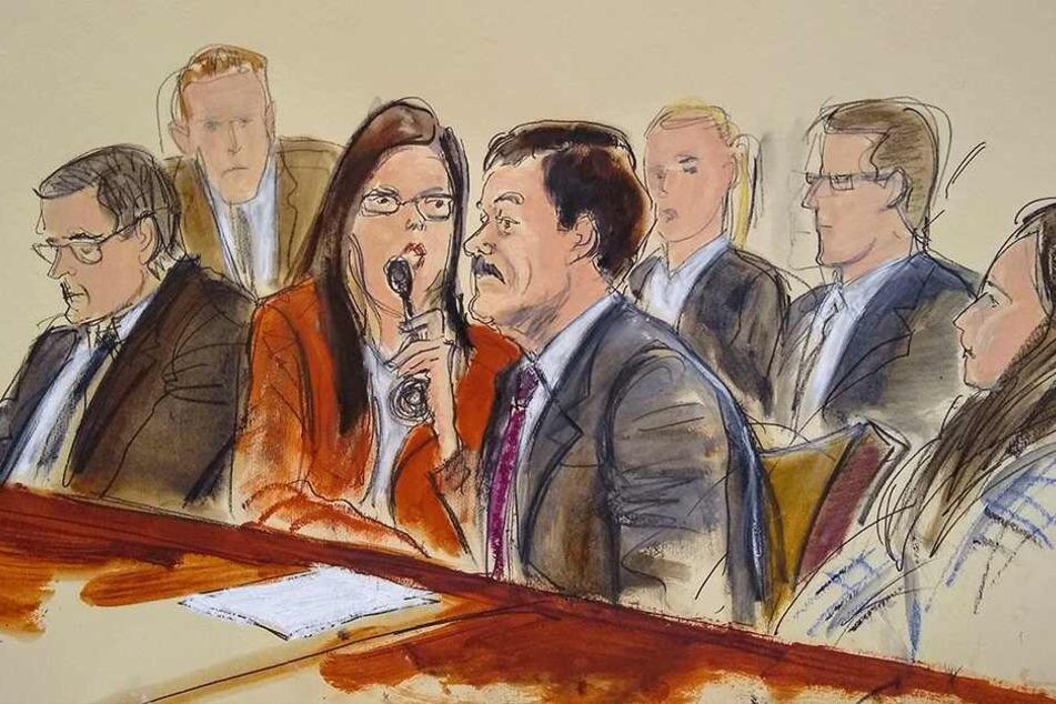 In dieser Skizze des Gerichtssaals erfährt El Chapo sein Urteil über eine Dolmetscherin während der Verkündung seines Strafmaßes.
