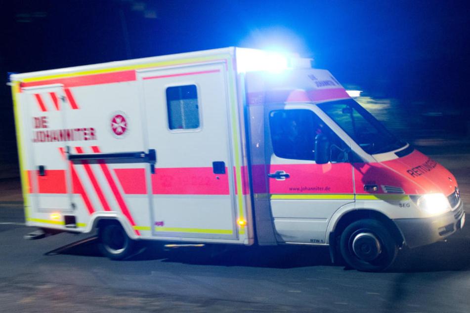 Der Rettungsdienst brachte den lebensgefährlich verletzten Mann ins Krankenhaus (Symbolbild).