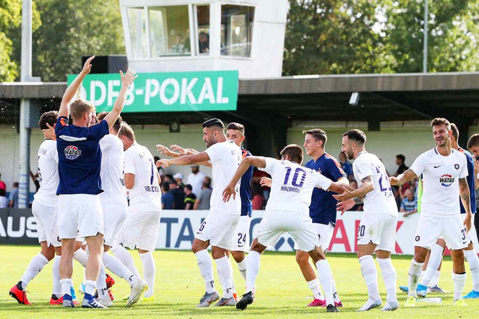 Ausgelassener Jubel dem FC Erzgebirge Aue nach dem 4:1-Pokalsieg bei Wacker Nordhausen.