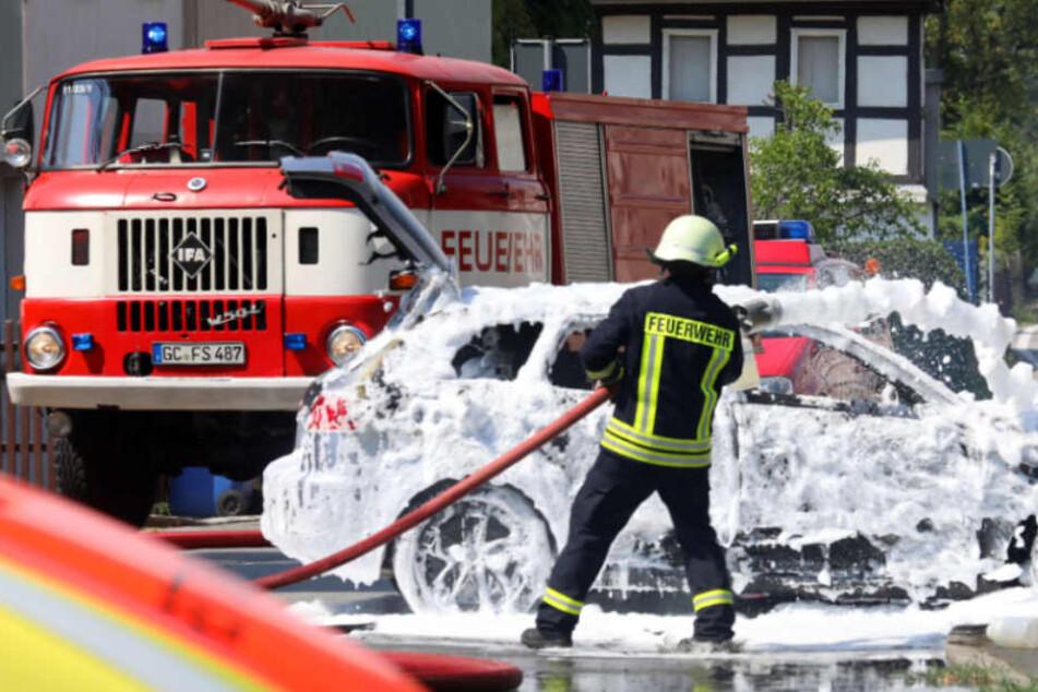 Audi geht nach Kreuzungscrash in Flammen auf
