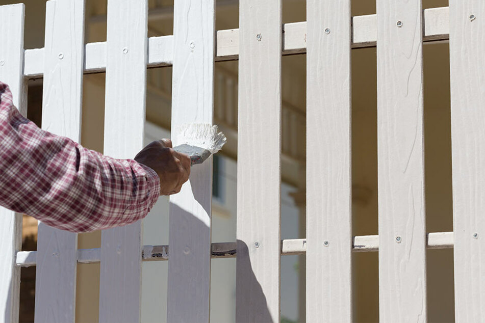 Den Zaun wollte sich die Frau auch noch von ihren Nachbarn streichen lassen. (Symbolbild)
