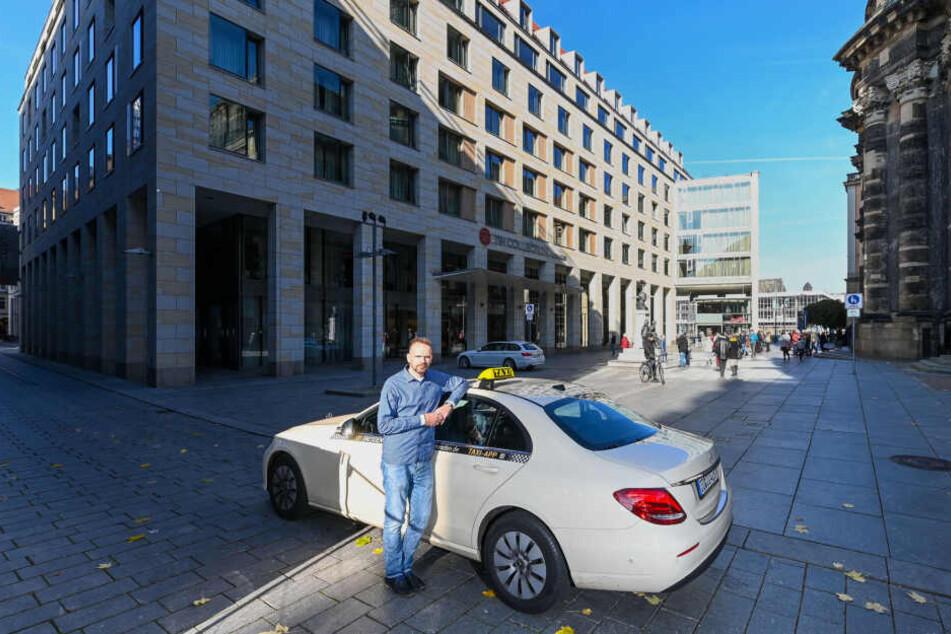 Bis hierhin und nicht weiter: Fährt Taxifahrer Alexander Noack (43) seine Gäste wie gewünscht bis vor das Hotel gegenüber der Kreuzkirche, riskiert er Knöllchen.
