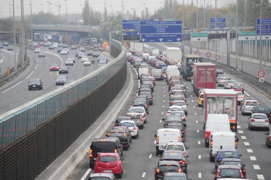 Die Täter stoppten eine Limousine auf der Autobahn und erbeuteten Dinge im Wert von fünf Millionen Euro.