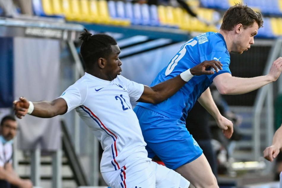 Faitout Maouassa (l.) im Zweikampf mit Islands Valdimar Thor Ingimundarson beim 2:0 der Franzosen in der Vorrunde der U21-EM.