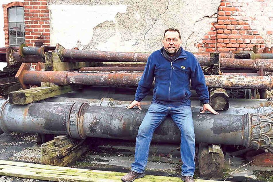 Vereins-Chef Uwe Bielefeld sitzt auf den Guss-Säulen des alten Bahnhofs Dresden-Neustadt. Eine Säule wiegt eine Tonne.
