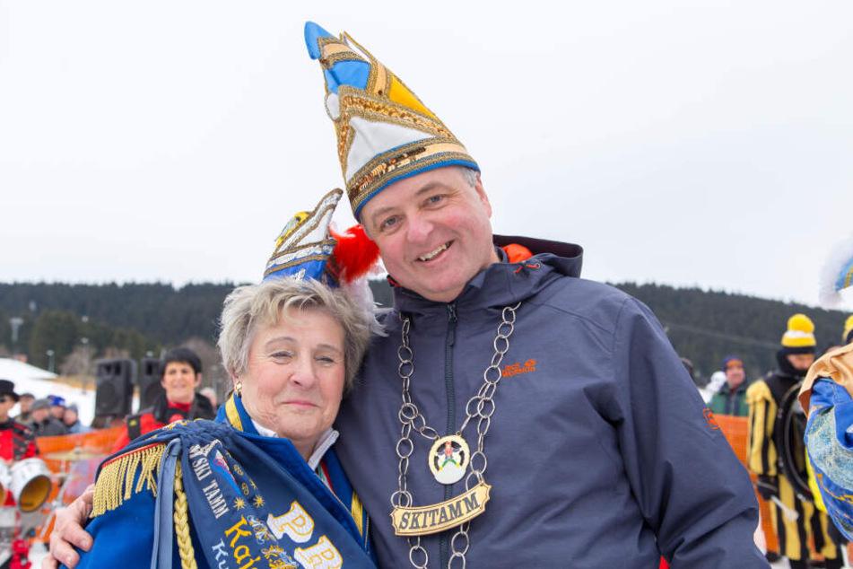 Mit Narrenkappe müht sich Bürgermeister Mirko Ernst (48, FDP) um gute Miene zum bösen Spiel.