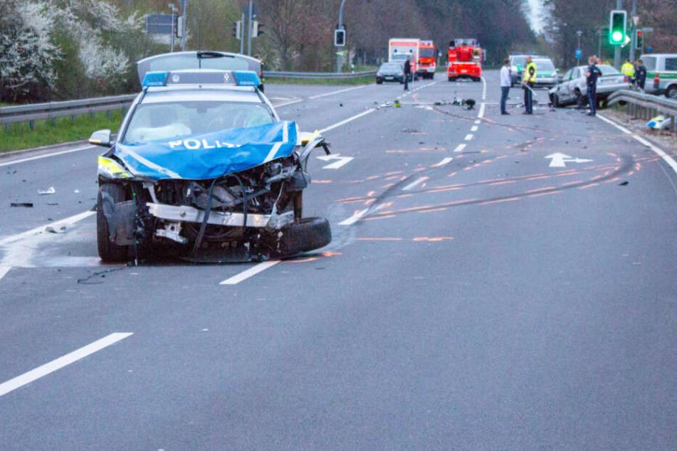 Der Streifenwagen war an einer Kreuzung mit einem Moped zusammengestoßen.