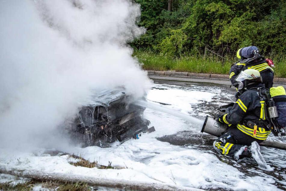 Zwei Feuerwehrleute bei den Löscharbeiten.