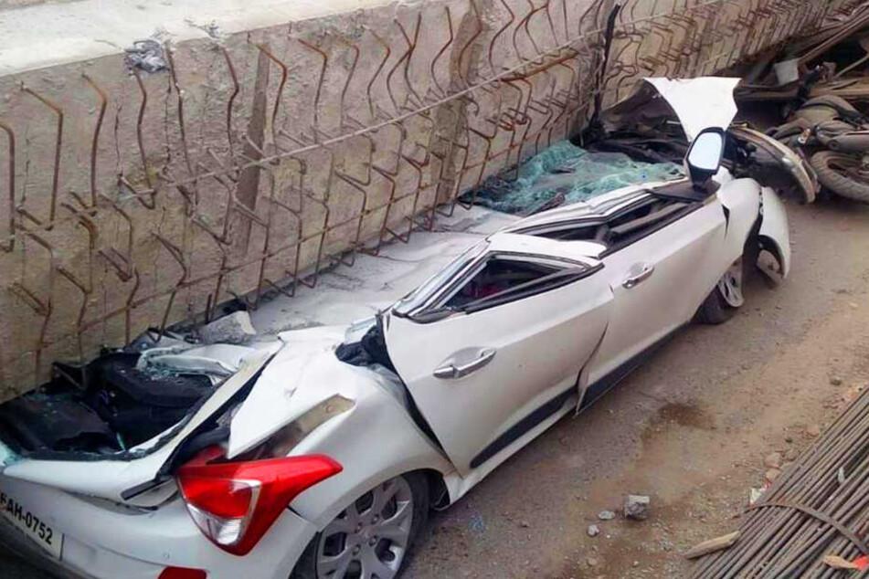 Völlig überraschend stürzte die Konstruktion in sich zusammen und begrub mehrere Fahrzeuge unter sich.