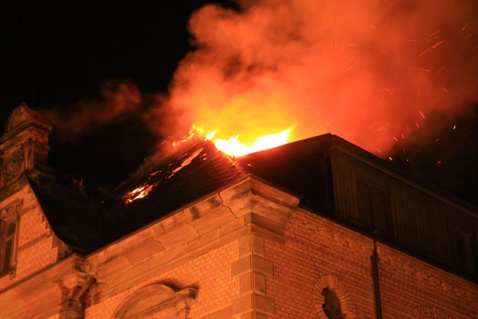 Im Dach des Hauses ist das Feuer ausgebrochen.