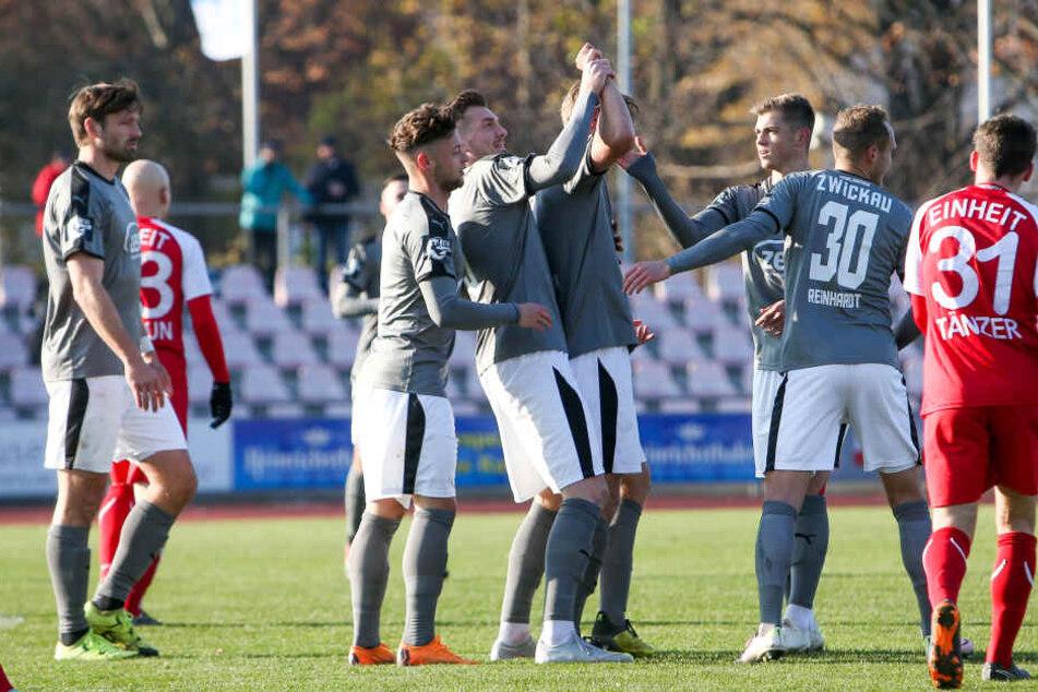 Tor für Zwickau: Die Spieler bejubeln das 1:0 durch Lion Lauberbach.