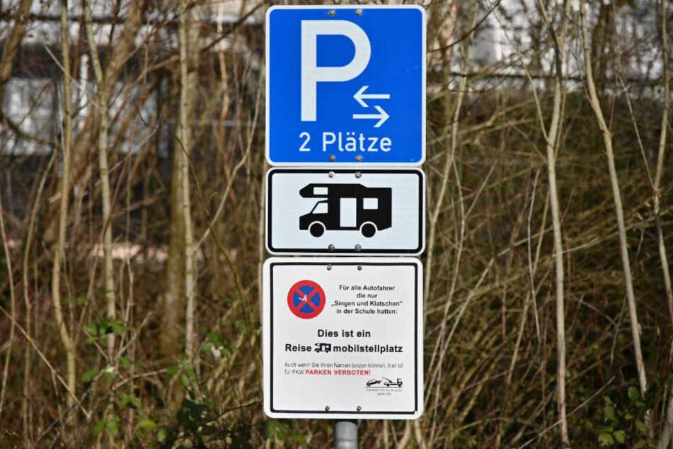 Das Schild soll die Menschen humoristisch darauf hinweisen, dass hier nur Wohnmobile parken dürfen.