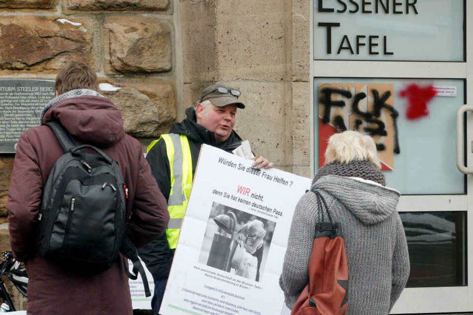 Demonstranten vor der Essener Tafel (Archiv).