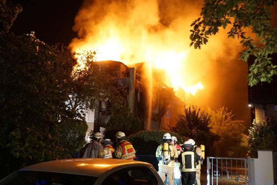 Die Flammen schlugen meterhoch in den Nachthimmel.