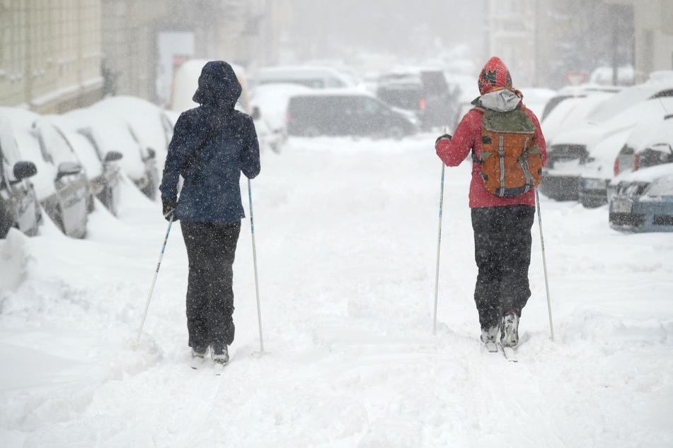 Zu Fuß gehen war gestern: In Leipzig sind seit Sonntag zahlreiche Menschen auf Skiern unterwegs.