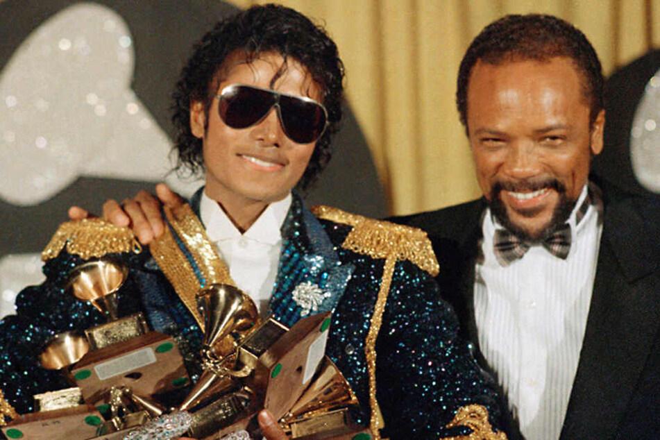 Michael Jackson und Musikproduzent Quincy Jones stehen am 28.02.1984 in Los Angeles bei den Grammy Awards.
