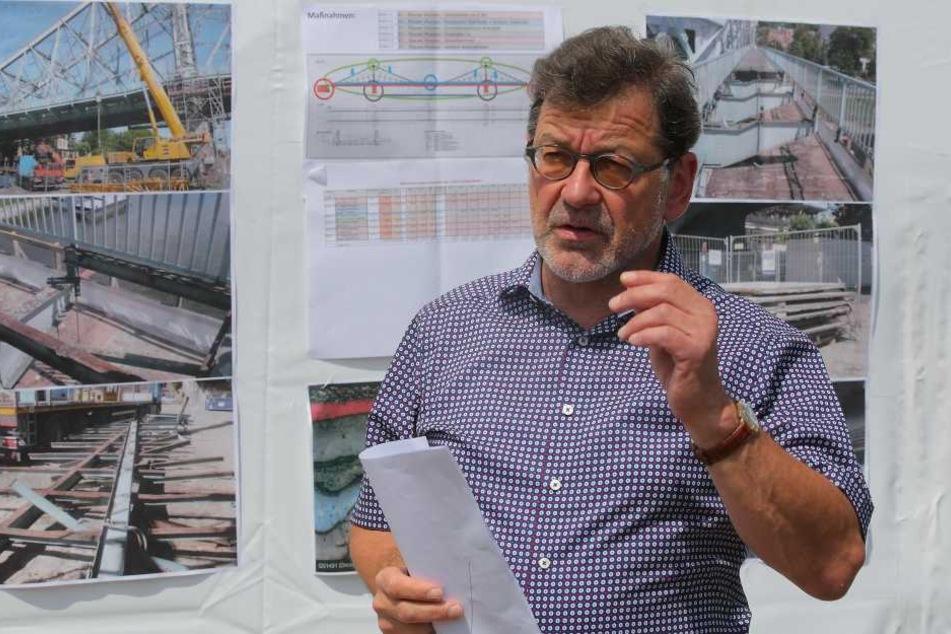 Straßenbauamts-Chef Reinhard Koettnitz (62) erklärte am Freitag die Bauarbeiten  am Blauen Wunder.