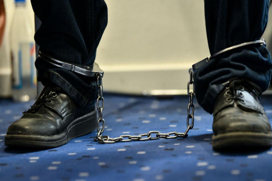 """Sprengstoff und Drohungen gegen Asylunterkunft: """"Terror-Crew"""" vor Gericht"""