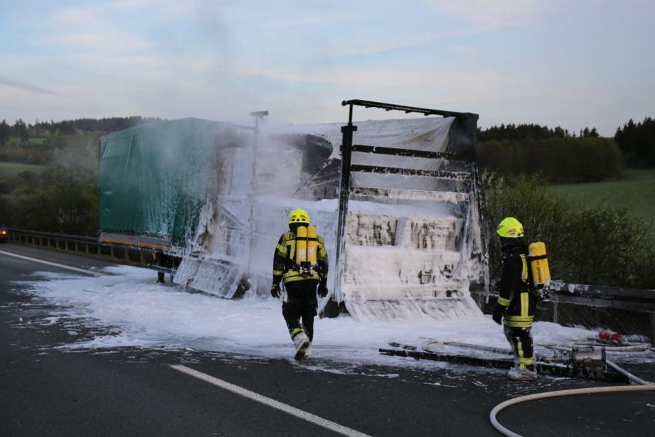 Der Laster brannte komplett aus.