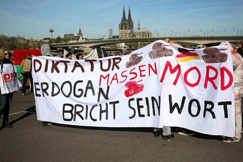 Mit Plakaten protestierten die Menschen gegen den türkischen Präsidenten.