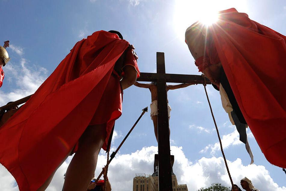 In den USA wird die Kreuzigung nachgestellt.