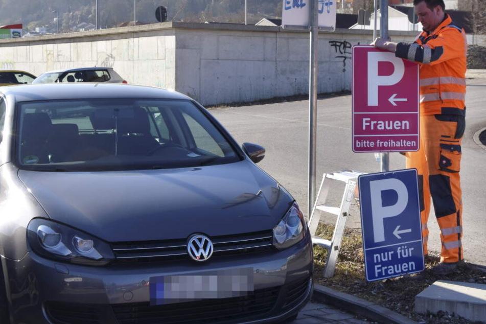 Weil sich ein Mann beschwerte: Stadt stellt pinke Schilder für Frauenparkplätze auf
