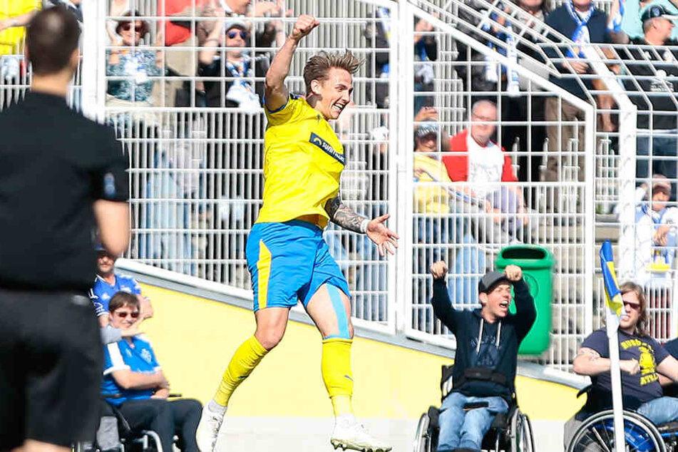 Jenas Torjäger Philip Tietz bejubelt seinen entscheidenden 2:1-Siegtreffer.
