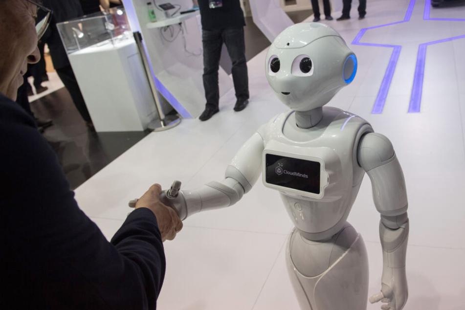 Die Servicekraft von morgen: Roboter Pepper schüttelt auf der MWC in Barcelona Hände. (Archivbild)