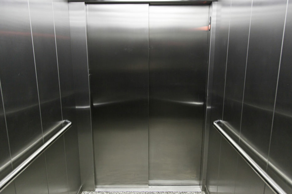 Der Mann entblößte sich in einem Fahrstuhl. (Symbolbild)