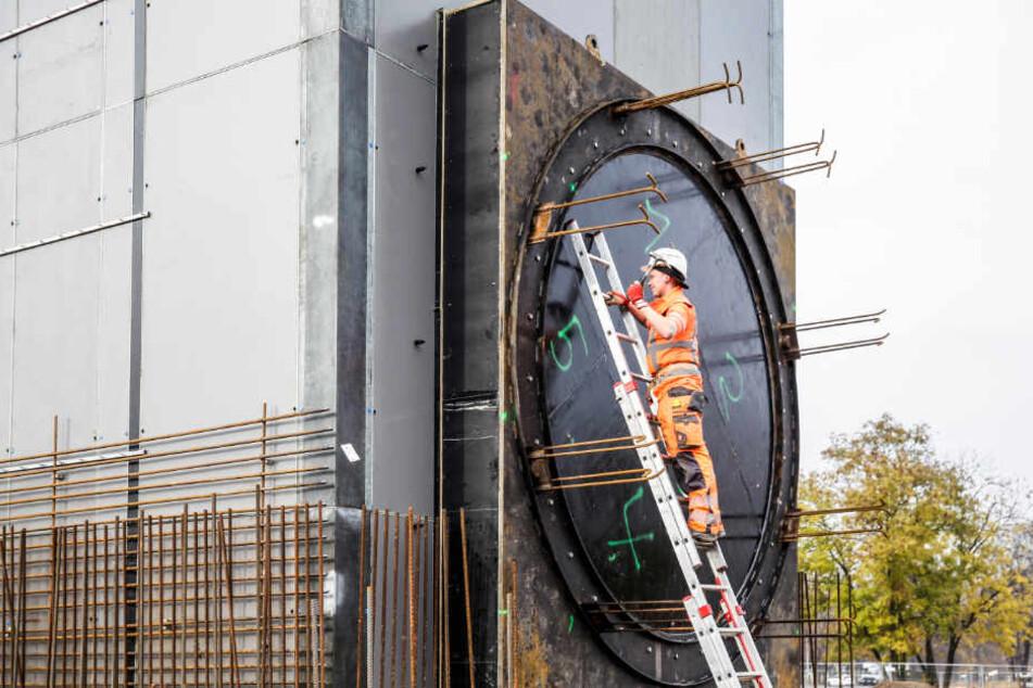 Der Stahlbetonkasten wird 20 Meter in die Erde abgesenkt und der Start des Elbtunnels.
