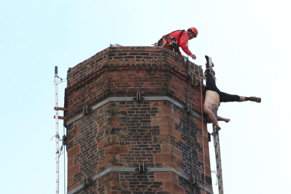 Ein Mitglied des Urban Search and Rescue Teams vom Lancashire Fire and Rescue Service kümmert sich um den Mann. Leider kam die Hilfe zu spät.